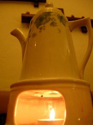 茶具好優雅~底下的燭火也不含糊~可不是好看用的而已~加熱能力不錯~