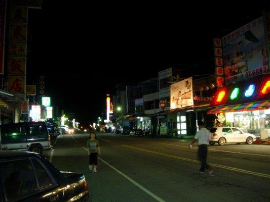 晚上7點~大街冷清清~看來該拼一下觀光了~