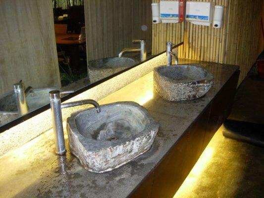 洗手台~整塊石頭去挖的~