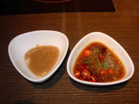 沾醬~左邊芝麻醬~右邊是酸桔醬~