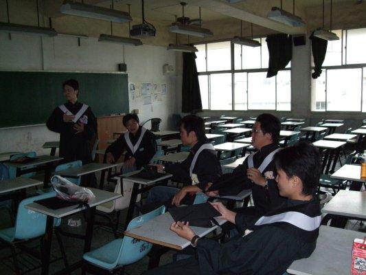 在教室聊天~